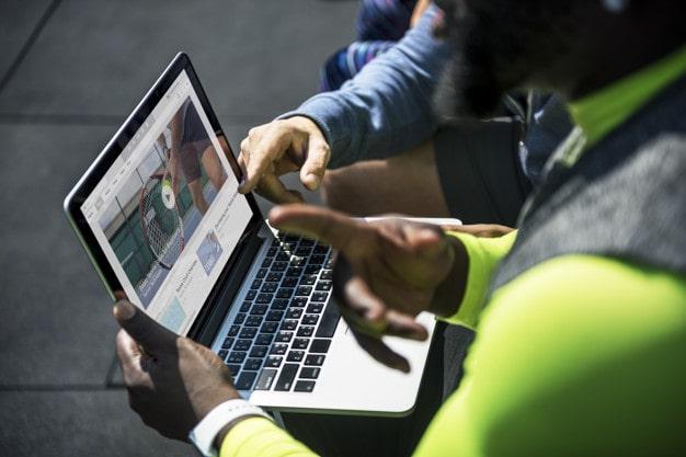 vídeos estratégia digital pessoas assistindo video de tenis-min